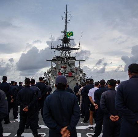 Navio da Marinha leva oxigênio a hospitais de Manaus